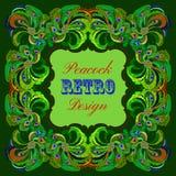 Marco verde con las plumas pintadas del pavo real y la etiqueta retra Fotografía de archivo libre de regalías