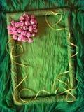 Marco verde de la materia textil con el corazón color de rosa Imágenes de archivo libres de regalías