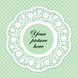 Marco verde en colores pastel del cordón con el fondo del punto de polca Fotos de archivo