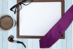 Marco y café vacíos en la tabla imágenes de archivo libres de regalías