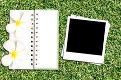 Marco y cuaderno de la foto Fotos de archivo libres de regalías