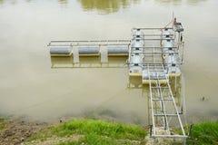 Marco y estructura metálicos de un pequeño embarcadero recreativo en un r Fotografía de archivo