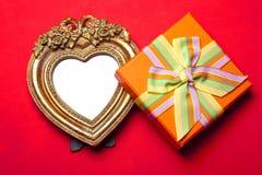 Marco y regalo del corazón Imagenes de archivo