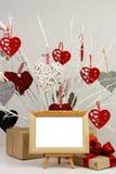 Marco y regalos en blanco de la foto en el fondo del árbol con las tarjetas del día de San Valentín Foto de archivo libre de regalías
