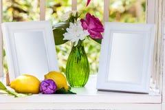 Marcos blancos de la foto en la tabla para casarse la decoración Imágenes de archivo libres de regalías