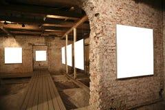 Marcos blancos entre las paredes de ladrillo Imagen de archivo libre de regalías