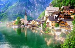 Marcos de Áustria, de lago e da vila bonita Halstatt fotografia de stock royalty free