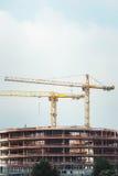 Marcos de acero de un edificio bajo construcción, con dos grúa en el top Estructuras concretas reforzadas Fotos de archivo libres de regalías