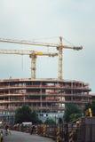 Marcos de acero de un edificio bajo construcción, con dos grúa en el top Estructuras concretas reforzadas Imágenes de archivo libres de regalías