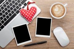 Marcos de la foto del espacio en blanco del día de tarjeta del día de San Valentín y corazón del juguete Fotografía de archivo