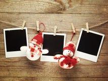 Marcos de la foto del vintage adornados para la Navidad en el fondo del tablero de madera con el espacio para su texto Fotografía de archivo libre de regalías