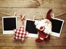 Marcos de la foto del vintage adornados para la Navidad en el fondo del tablero de madera con el espacio para su texto Foto de archivo