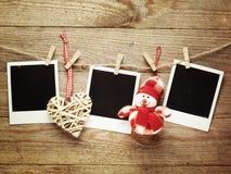 Marcos de la foto del vintage adornados para la Navidad en el fondo del tablero de madera con el espacio para su texto Imagen de archivo libre de regalías