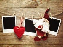 Marcos de la foto del vintage adornados para la Navidad en el fondo del tablero de madera con el espacio para su texto Foto de archivo libre de regalías