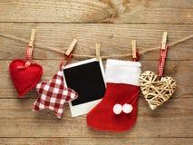 Marcos de la foto del vintage adornados para la Navidad en el fondo del tablero de madera con el espacio para su texto Imagen de archivo