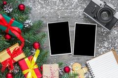 Marcos de la foto de la Navidad con la cámara, las ramas del abeto, las decoraciones, las cajas de regalo y los conos retros del  imagenes de archivo