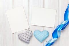 Marcos de la foto y corazones del juguete de las tarjetas del día de San Valentín Fotos de archivo libres de regalías