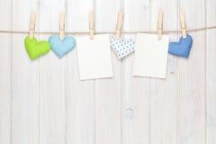 Marcos de la foto y corazones del juguete de las tarjetas del día de San Valentín Imagen de archivo libre de regalías