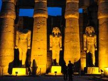 Marcos de Luxor, construções egípcias antigas e estátuas, hieróglifos nas paredes foto de stock