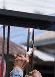 Marcos de puerta de la soldadura del trabajador Fotos de archivo