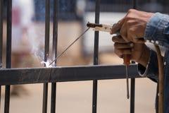 Marcos de puerta de la soldadura del trabajador Imagen de archivo libre de regalías