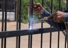 Marcos de puerta de la soldadura del trabajador Foto de archivo libre de regalías