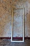 Marcos de ventana en el viejo y abandonado cuarto del edificio Imágenes de archivo libres de regalías