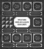 Marcos del vintage, esquinas y elementos caligráficos del diseño en un fondo de la pizarra Fotografía de archivo