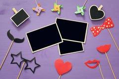 Marcos en blanco de la foto al lado de los accesorios divertidos del partido Fotografía de archivo