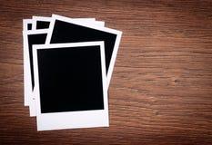 Marcos en blanco de la foto en fondo de madera Imágenes de archivo libres de regalías