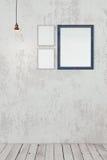 Marcos en blanco de la foto en la pared Foto de archivo