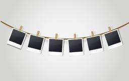 Marcos en blanco de la foto en una cuerda para tender la ropa libre illustration