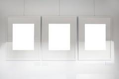 Marcos en blanco en la pared del blanco de la galería de arte Fotos de archivo