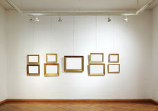 Marcos en blanco en una galería Fotos de archivo libres de regalías