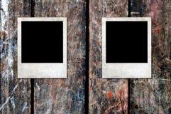 Marcos en blanco oxidados de la foto en un fondo de madera Fotografía de archivo libre de regalías