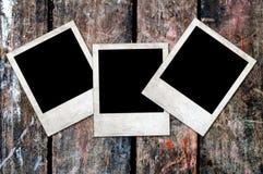 Marcos en blanco oxidados de la foto en un fondo de madera Fotografía de archivo