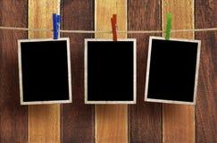 Marcos envejecidos de la foto en el fondo de madera Fotografía de archivo