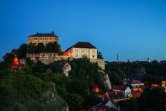 Marcos iluminados do monte do castelo na noite em Veszprem, Hungria Fotografia de Stock Royalty Free