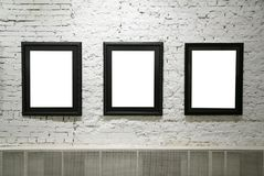 Marcos negros en la pared de ladrillo blanca Imagen de archivo
