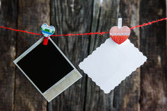 Marcos polaroid y corazón de una foto para el día de tarjeta del día de San Valentín Imagen de archivo