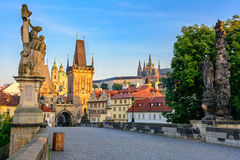 Marcos principais de Praga: Praga Charles Bridge, castel de Praga, Lesser Town Bridge Towers imagem de stock