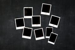 Marcos retros en blanco de la foto atados a una pizarra del metal con el imán Foto de archivo libre de regalías