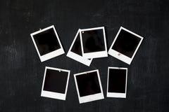 Marcos retros en blanco de la foto atados a una pizarra del metal con el imán Imagen de archivo