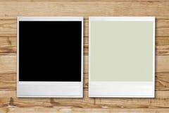 Marcos retros en blanco de la foto en fondo de madera Foto de archivo libre de regalías