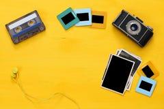 marcos vacíos de las fotografías al lado de la cámara vieja Foto de archivo libre de regalías