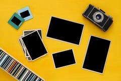 marcos vacíos de las fotografías al lado de la cámara vieja Imagen de archivo libre de regalías