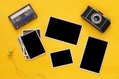 marcos vacíos de las fotografías al lado de la cámara vieja Imagenes de archivo