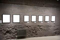 Marcos vacíos en la pared de ladrillo imagenes de archivo