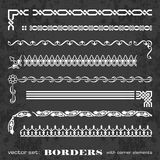 Marcos y fronteras caligráficos con los elementos de la esquina en un fondo de la pizarra - sistema del vector Imagen de archivo libre de regalías