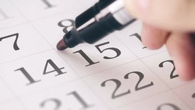 Marcou os décimos quintos 15 que o dia de um mês no calendário transforma no texto do DIA do IMPOSTO video estoque